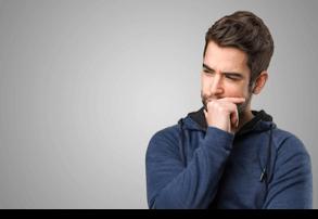 Homme qui réfléchit s'il veut reconquérir son ex femme après divorce