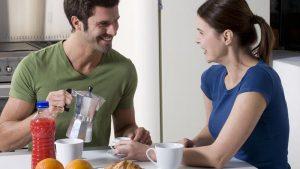 gelukkig koppel ontbijten