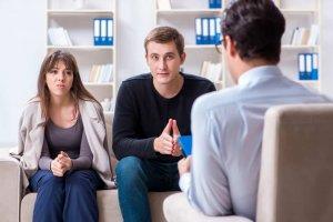 un couple à une séance de médiation familiale